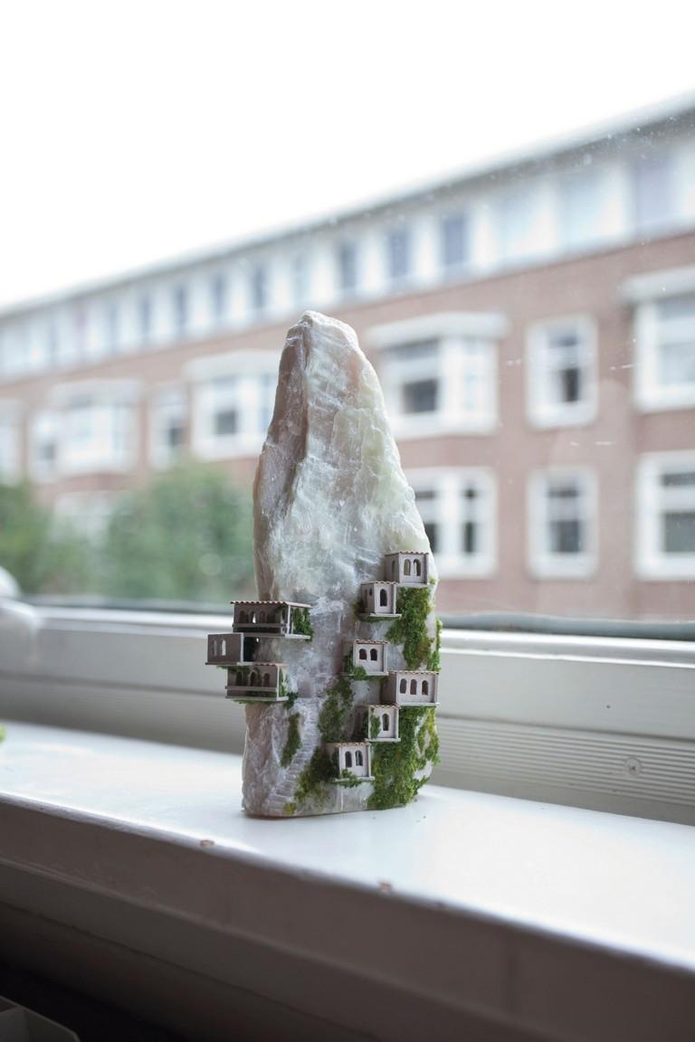 """Nghệ sĩ Rosa de Jong trong tác phẩm """"Think Small: The Tiniest Art in the World"""" của Eva Katz, được xuất bản bởi Chronicle Books 2018."""