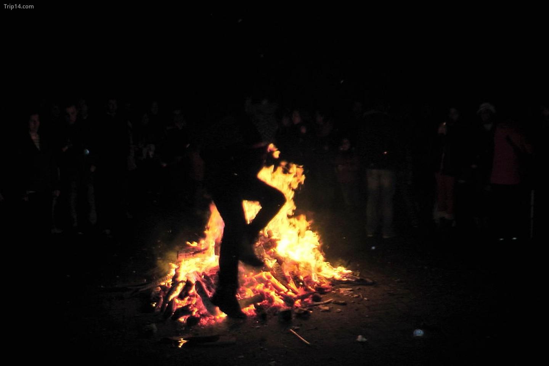 Lễ hội nhảy lửa của người Zoroastrian ở Chaharshanbe Suri