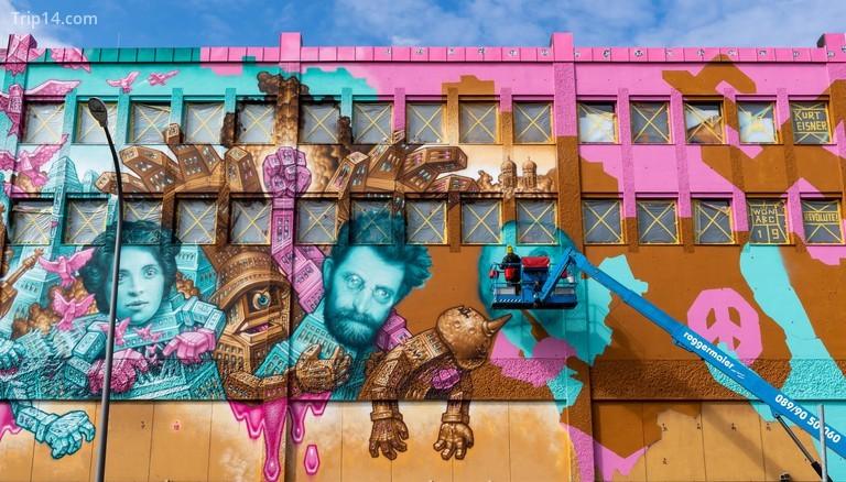 Nghệ sĩ Won ABC vẽ một bức tranh tường ở quận Giesing