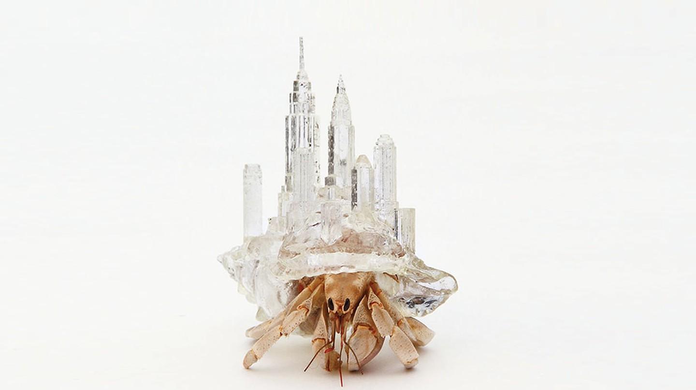 """Tác phẩm của nghệ sĩ Aki Inomata trong """"Think Small: The Tiniest Art in the World"""" của Eva Katz, được xuất bản bởi Chronicle Books 2018."""