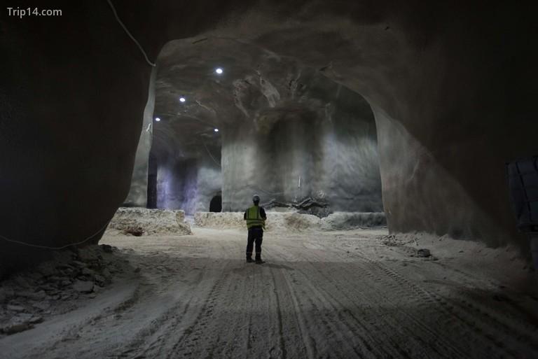 Tín dụng bắt buộc: Ảnh của Courtesy Rolzur / SIPA / REX / Shutterstock (9253300z) Một kỹ sư người Israel bên trong dự án đường hầm chôn cất đồ sộ được xây dựng một phần tại Nghĩa trang Givat Shaul, Har HaMenuchot, ở Jerusalem. Xây dựng nghĩa trang ngầm ở Jerusalem, Israel - 29/11 2017 Một cấu trúc giống như tổ ong được xây dựng sâu dưới lòng đất ở Jerusalem đang cung cấp một giải pháp sáng tạo cho tình trạng thiếu không gian chôn cất người chết kinh niên của thành phố linh thiêng. Các đường hầm kéo dài hơn một km (nửa dặm) bên dưới nghĩa trang chính của Jerusalem đã được khai quật cẩn thận trong hai năm qua để nhường chỗ cho khoảng 22.000 người. Dự án trị giá 50 triệu USD, được tài trợ bởi Chevra Kadisha, một tổ chức chôn cất người Do Thái, dự kiến sẽ hoàn thành vào cuối năm 2018.