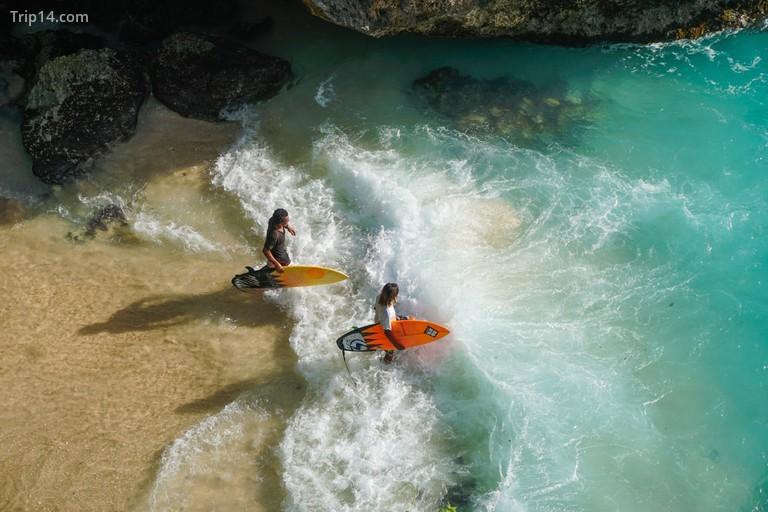 Những người lướt sóng vào biển tại điểm Blue Uluwatu, Bali - Trip14.com