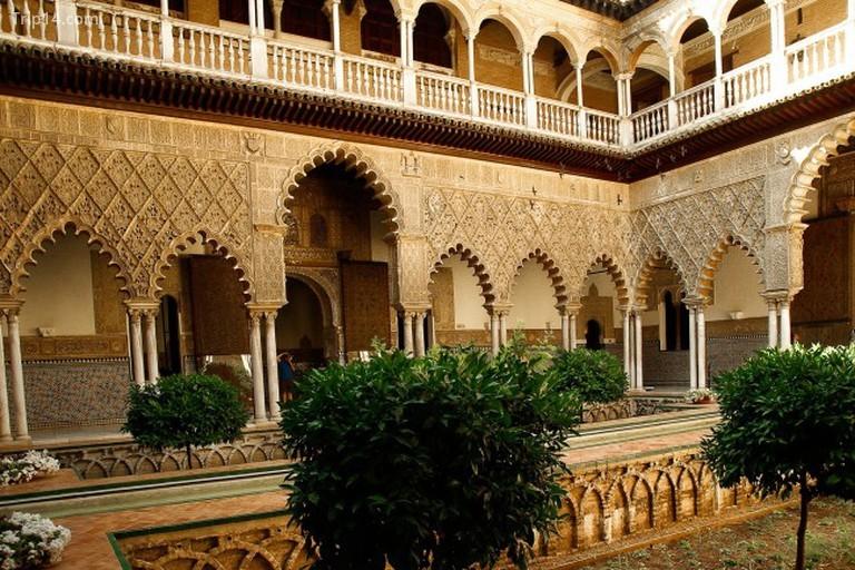 Sân trong của cung điện Alcazar của Seville