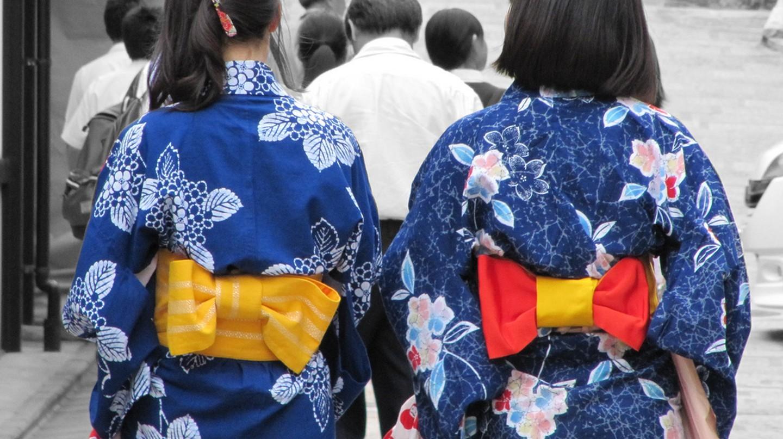 Phụ nữ mặc yukata màu chàm đi dạo    © Lorean aka Loretahur / Flickr