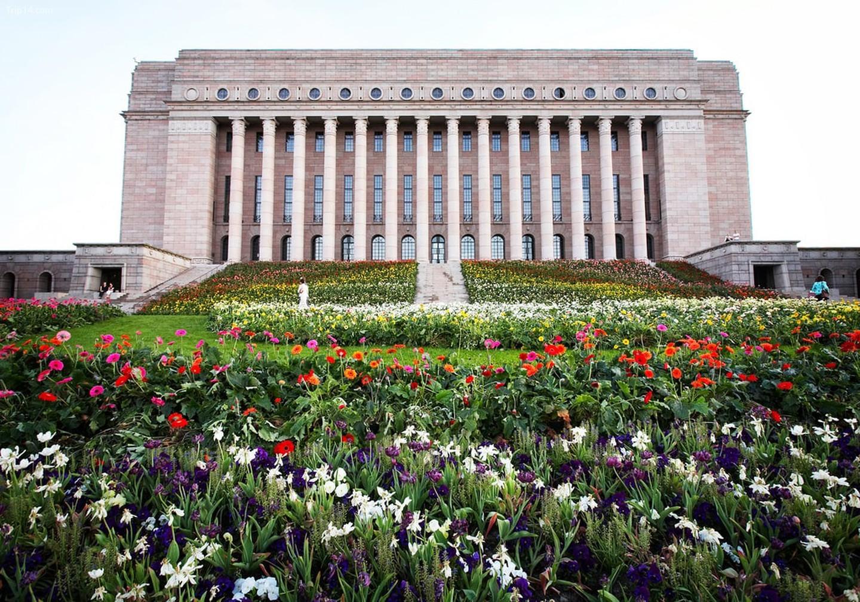 Tòa nhà Quốc hội Phần Lan được trang trí bằng hoa như một tác phẩm nghệ thuật sắp đặt    