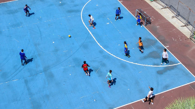 Thanh niên chơi futsal trong thành phố |  © m-louis .® / Flickr