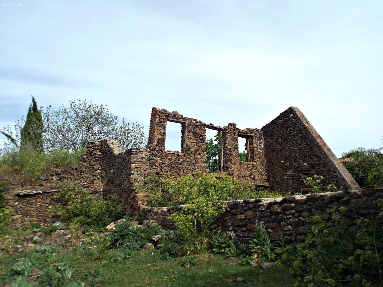 Sau nhiều thập kỷ bị lãng quên, một số ngôi nhà ở thị trấn ma Granadilla đã được phục hồi.   |