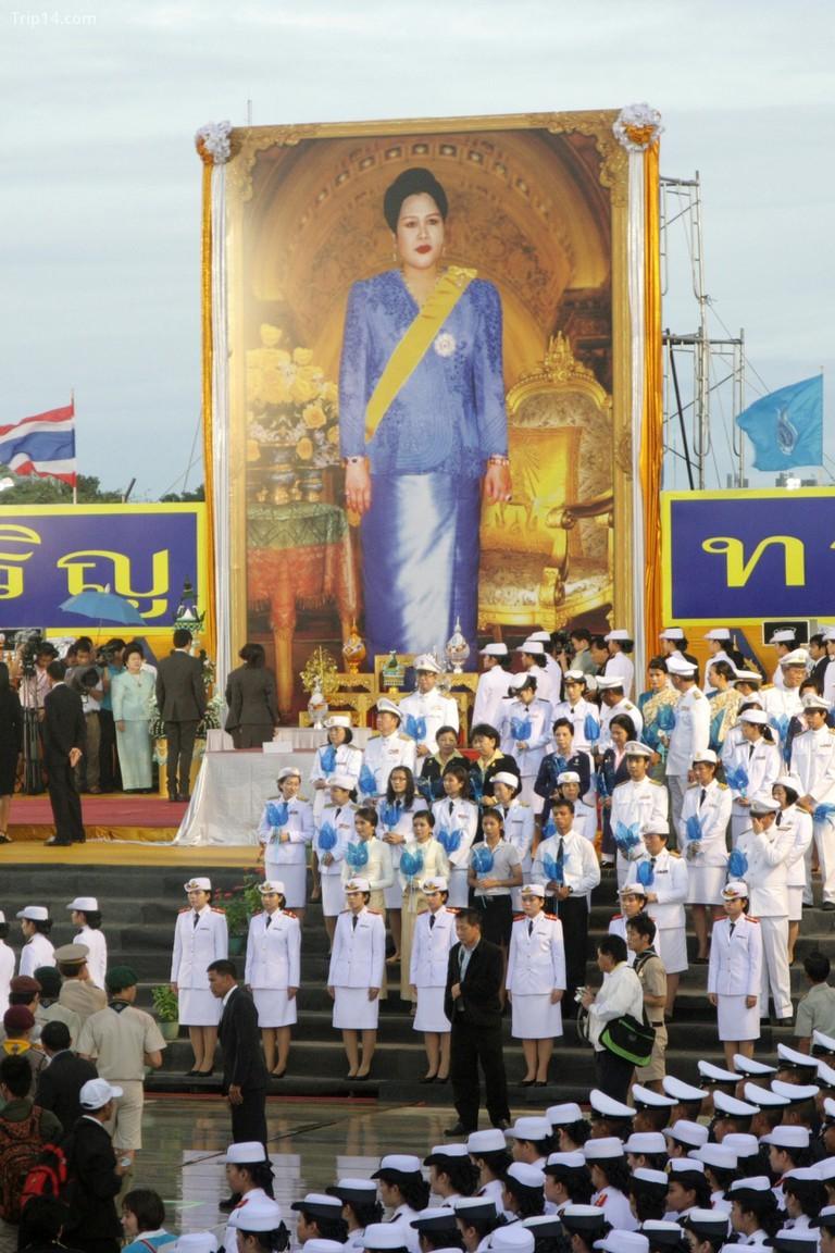 Người Thái tôn kính Nữ hoàng của họ © Piti Anchaleesahakorn / Alamy Kho ảnh