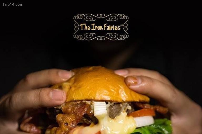 Bánh burger ở nhà hàng Các nàng tiên sắt