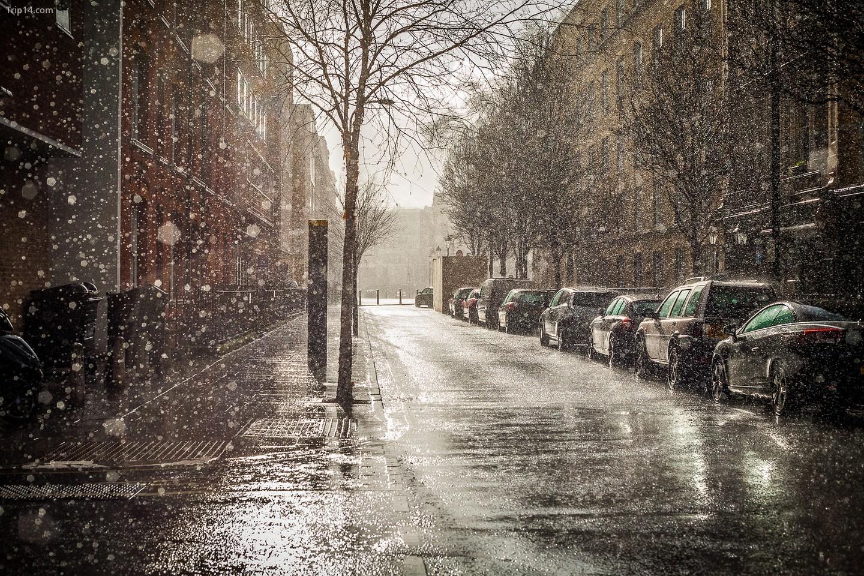 Trời vừa mưa vừa nắng ở Anh