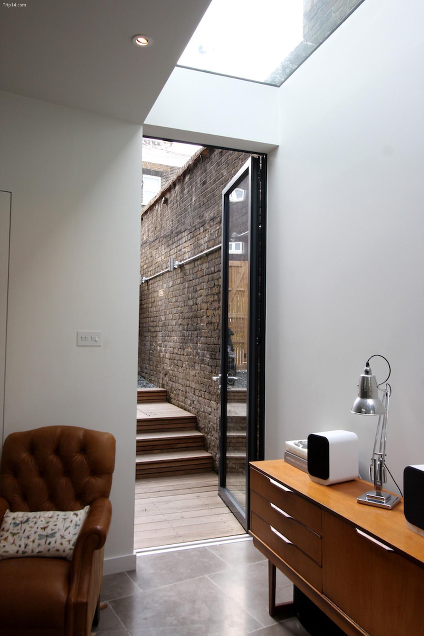 Đèn mái không khung và cửa mỏng từ IQ Glass cho phép ánh sáng