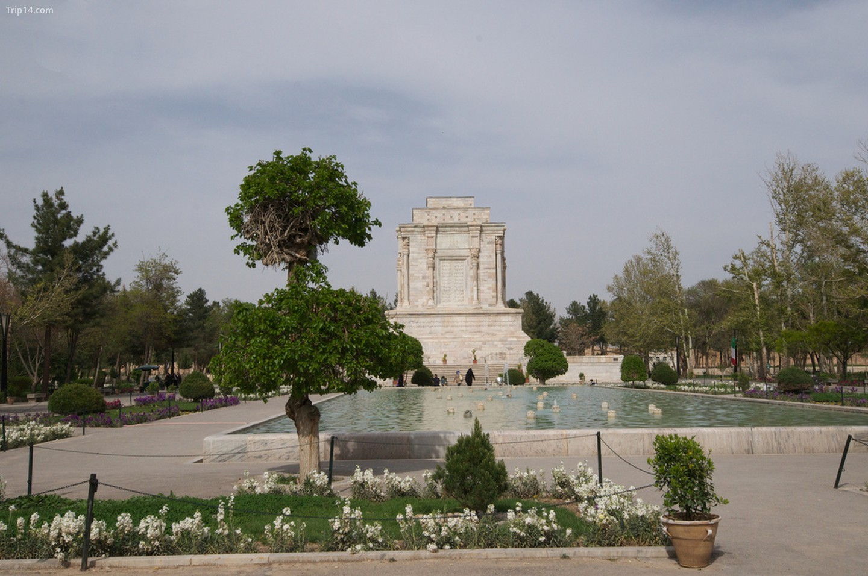 Lăng mộ của Ferdowsi ở Tus mô tả những cảnh trong Shahnameh