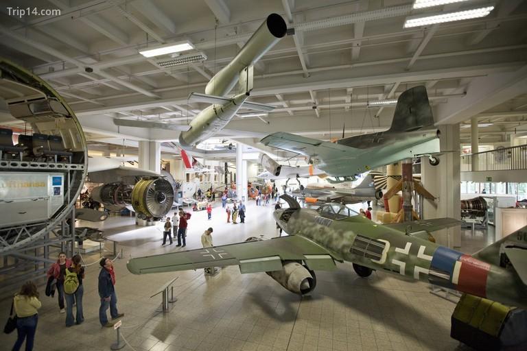 Bảo tàng Deutsches nằm ở Au-Haidhausen là bảo tàng khoa học và công nghệ lớn nhất thế giới
