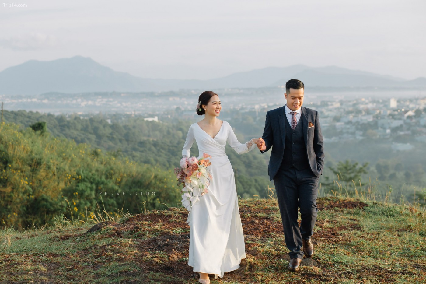 Khung cảnh Gia Lai cùng thần thái của cặp đôi giúp tạo nên một bức ảnh hoàn hảo
