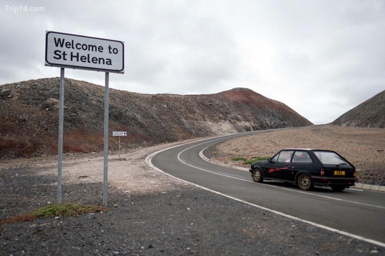 Biển báo chào đón du khách đến đảo gần sân bay St Helena