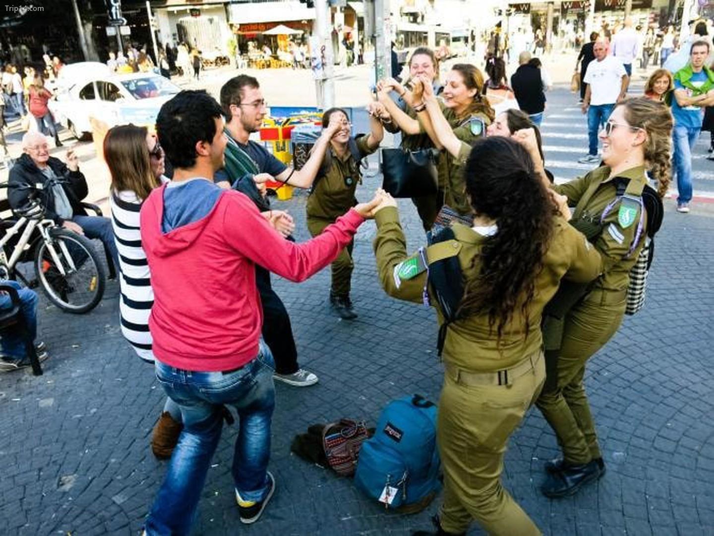 Binh lính và dân thường khiêu vũ ở Chợ Carmel, Tel Aviv