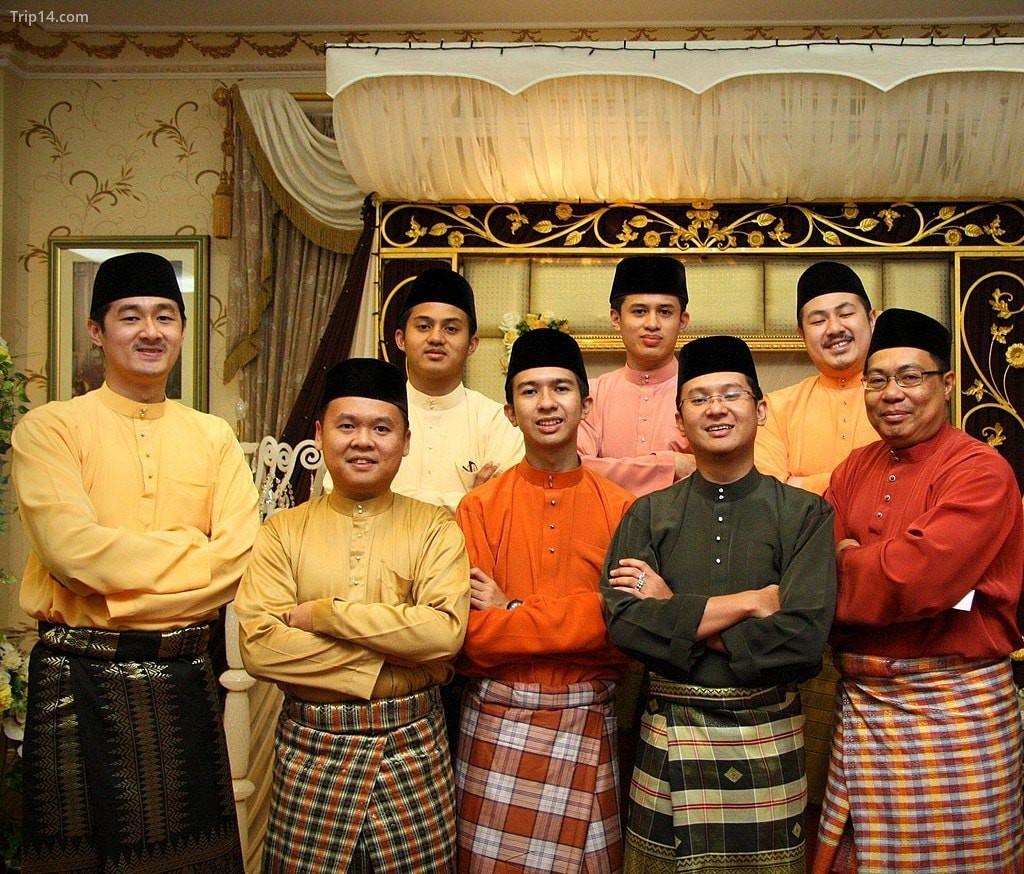 Songkok thường được nam giới đội trong những dịp trang trọng như đám cưới và các lễ kỷ niệm tôn giáo quan trọng