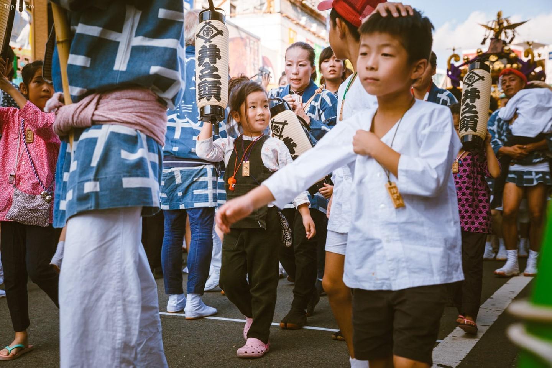 Trẻ em và người lớn tham dự lễ hội Kichijoji