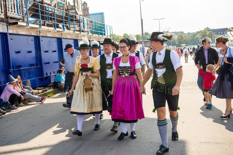 Người Đức mặc lederhosen và dirndl