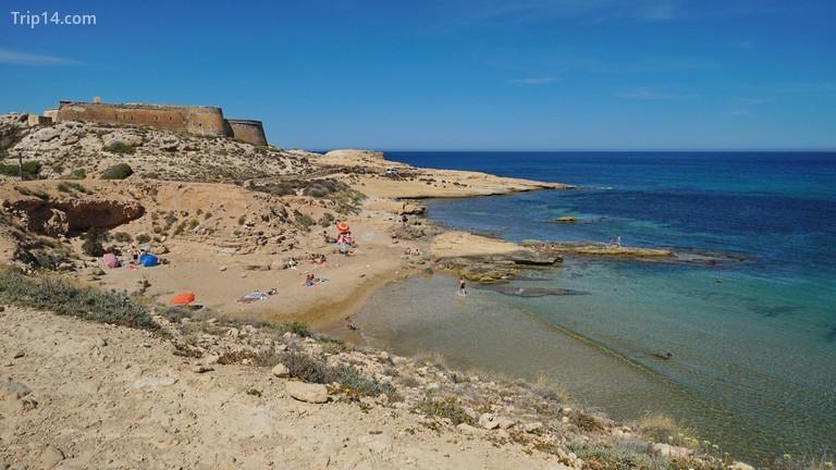 Công viên Tự nhiên Cabo de Gata-Nijar là nơi có Lâu đài San Ramon nhìn ra Biển Địa Trung Hải © Seaphotoart / Alamy Kho ảnh