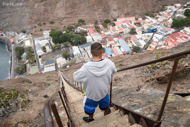 Một người đàn ông chụp ảnh trên đỉnh của bậc thang 699 bậc Jacob