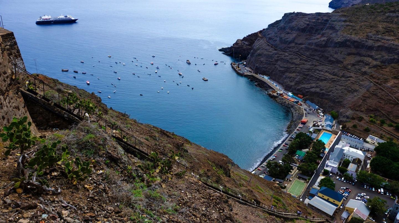 Khung cảnh Jamestown, thị trấn chính của Đảo Saint Helena xa xôi, từ đỉnh của bậc thang Jacob