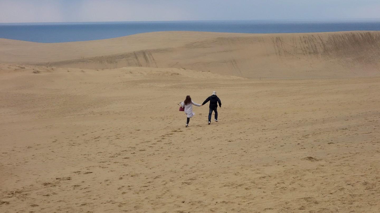 Cặp đôi đi dạo ở cồn cát Tottori Sakyu, Nhật Bản)