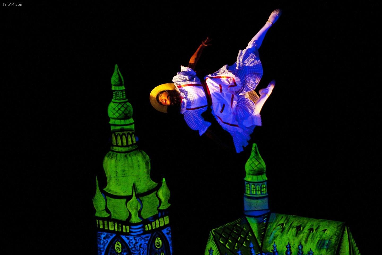 Một cảnh trong 'Những câu chuyện của Alicia' tại Nhà hát Ánh sáng Đen Quốc gia của Praha