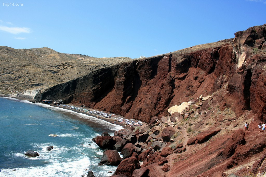 Bãi biển đỏ ở Santorini với đá và núi lửa đỏ và đen