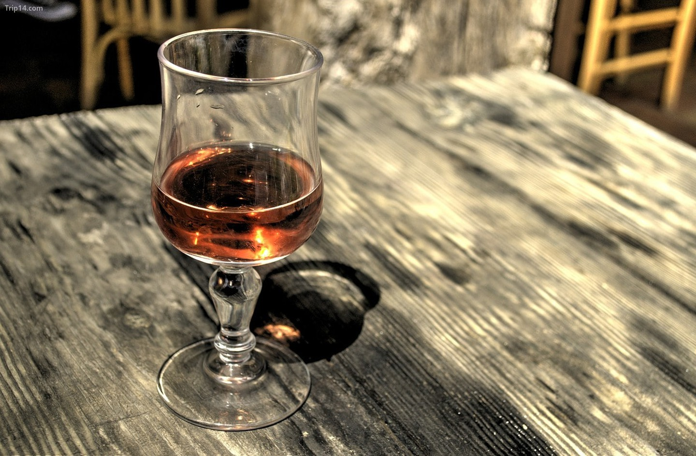 Một ly cognac, một trong những đồ uống nổi tiếng nhất của Albania   |
