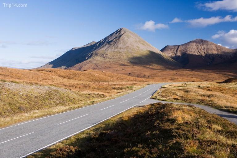 Dãy núi Cuillin của Isle of Skye tạo nên một cuộc phiêu lưu đi bộ đường dài hoàn hảo © robertharding / Alamy Kho ảnh