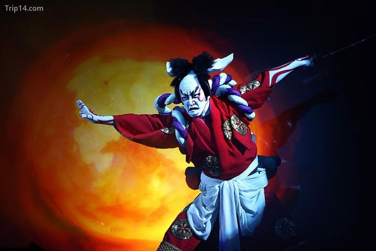 Nghệ sĩ Kabuki và Diva ảo mang nghệ thuật truyền thống lên một sân khấu mới ở Tokyo