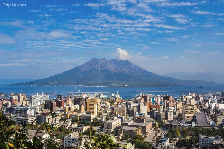 Núi Sakurajima nhìn từ Kagoshima