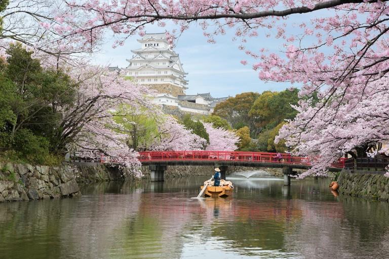 Đi thuyền dạo quanh Kokoen Gardens ở Himeji