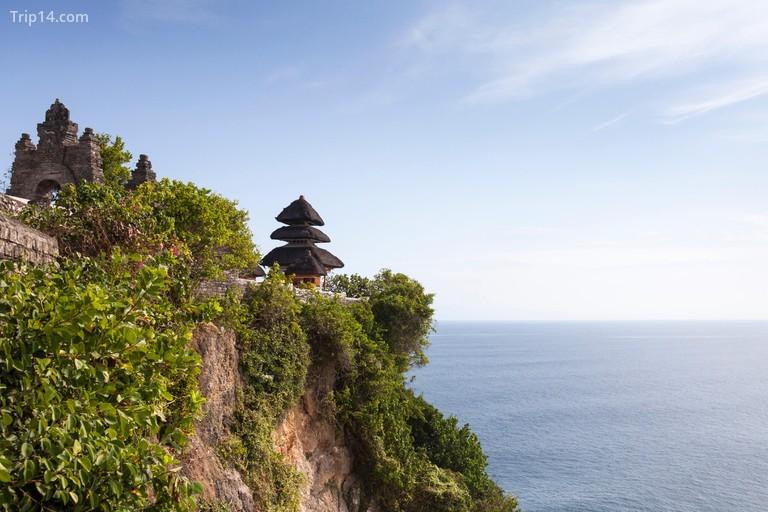 Tất cả đều có thể tìm thấy quang cảnh đại dương, đền thờ linh thiêng và những chú khỉ tò mò tại Pura Luhur, ở Uluwatu © Chris Deeney / Alamy Kho ảnh