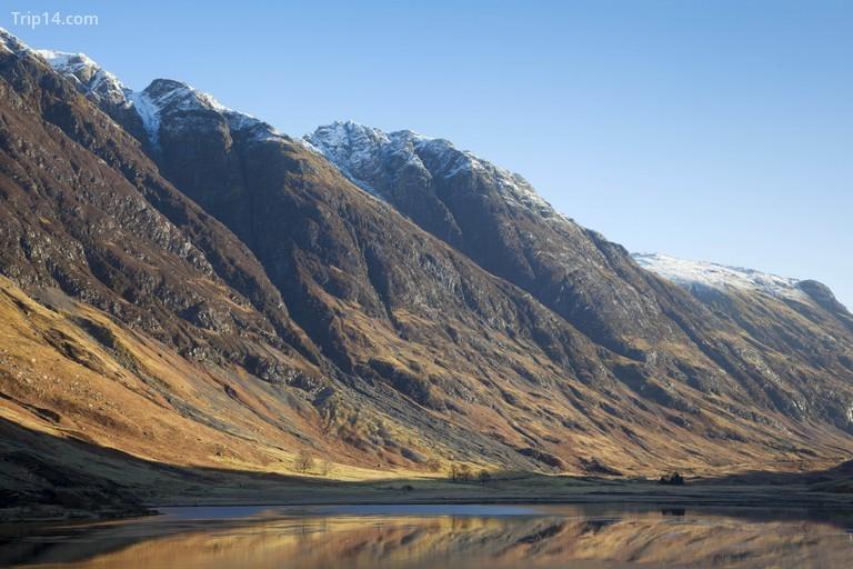Ngắm nhìn Glen Coe tại Loch Achtriochtan, với Aonach Eagach