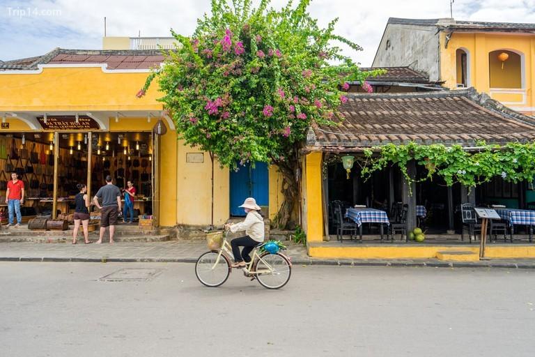 Mọi người đi xe đạp trên phố cổ Hội An - Trip14.com