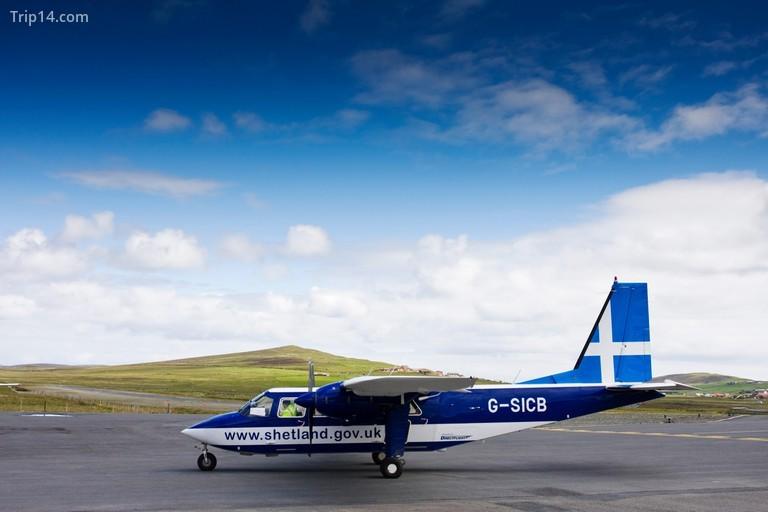 Đó là một chuyến bay 20 phút từ đất liền Shetland đến Fair Isle, mặc dù thời tiết không thể đoán trước được nên các chuyến bay thường xuyên bị hủy mà không thông báo trước © blickwinkel / Alamy