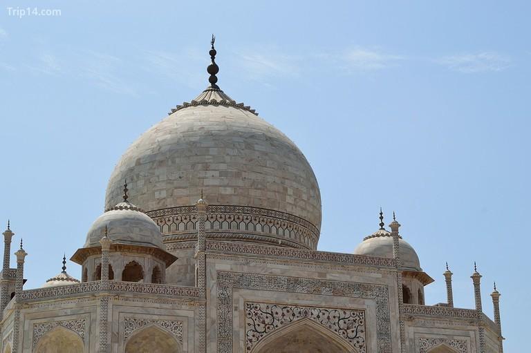 Đá cẩm thạch trắng, một trong những vật liệu chính mà Taj được xây dựng, đã phải đối mặt với thiệt hại do mưa axit gây ra bởi mức độ ô nhiễm gia tăng trong khu vực © Biswarup Ganguly / Wiki Commons