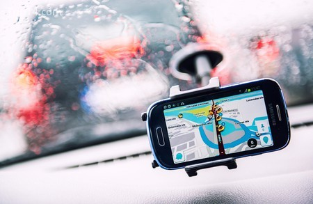 Điện thoại thông minh có bộ định vị GPS Waze trên màn hình