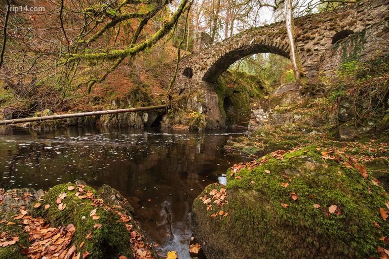 Cầu đá bắc qua sông Braan tại He Hermitage gần Dunkeld, Perthshire, Scotland