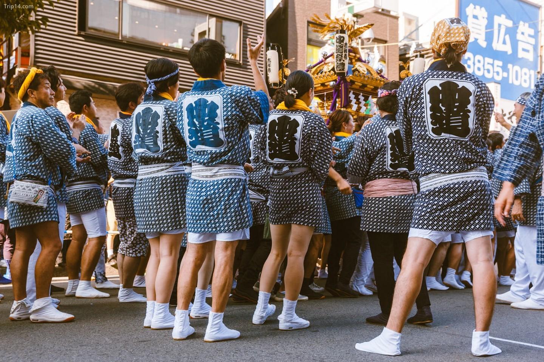 Những người đi lễ hội chuẩn bị kiệu rước