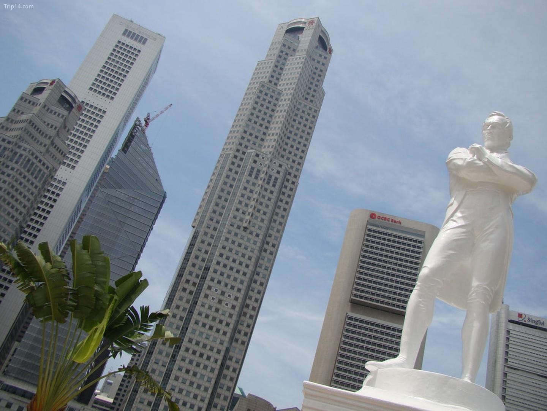Tượng Stamford Raffles dọc sông Singapore   |