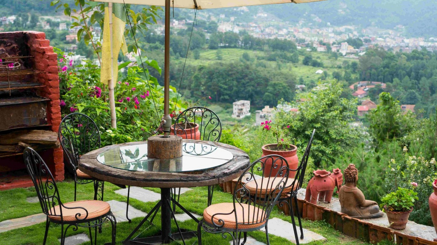 Nơi uống trà thư giãn và ngắm cảnh ở khách sạn Shivapuri Heights Cottages