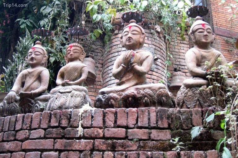 Những bức tượng ở khách sạn Vajra