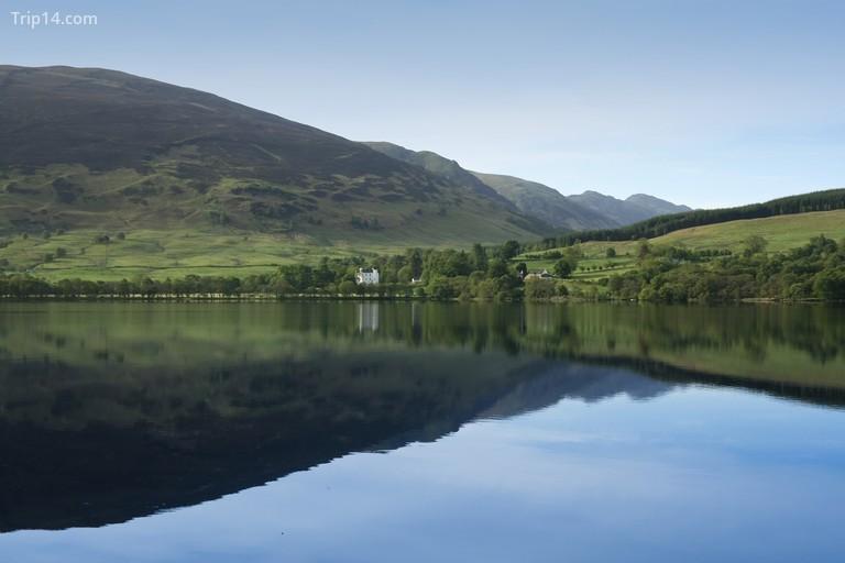 Hồ Loch Earn với màu nước trong xanh ở Scotland