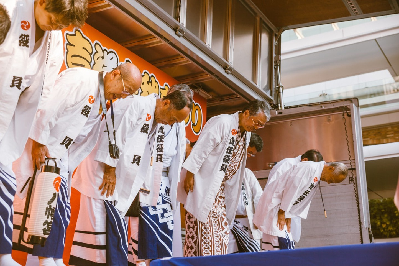 Cúi đầu trên sân khấu để bắt đầu lễ hội buổi tối   |   Mithila Jariwala /