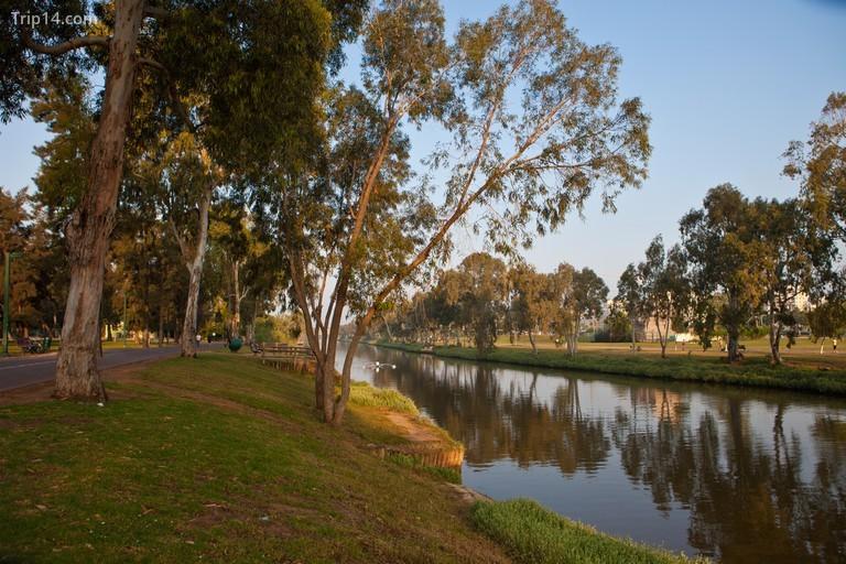 Dòng sông chảy êm đềm, Công viên HaYarkon