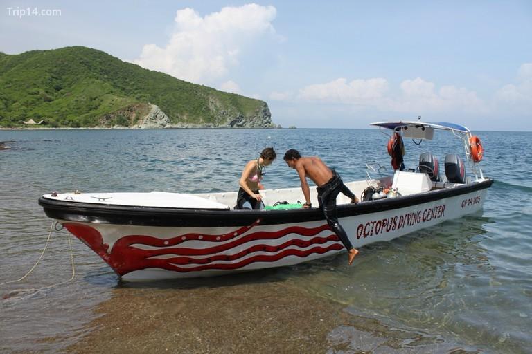 Chuẩn bị sẵn sàng cho chuyến lặn biển trên bờ biển Công viên Tayrona, gần Taganga