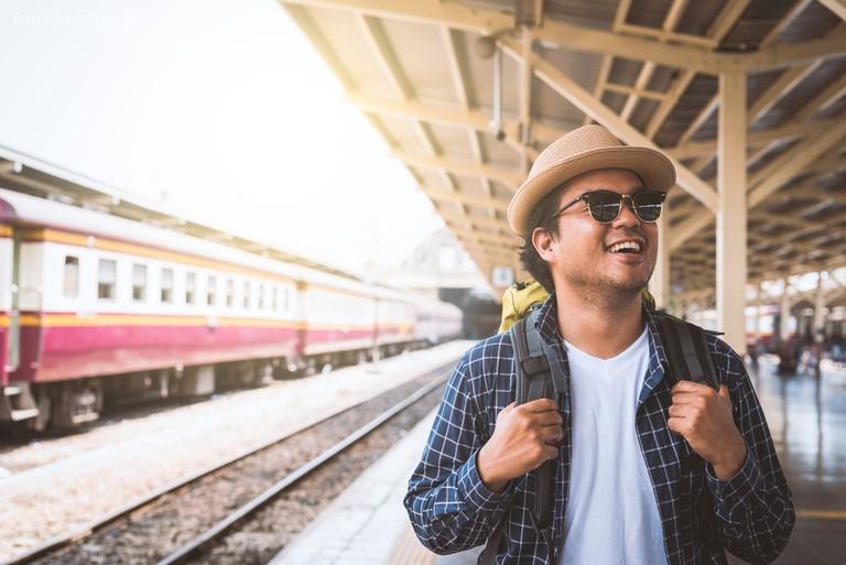 Ba lô du lịch trong ga xe lửa - Trip14.com